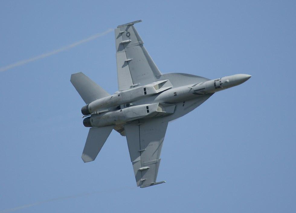 http://www.richard-seaman.com/Aircraft/AirShows/Dayton2003/F18f/F18fBankingUnderView.jpg