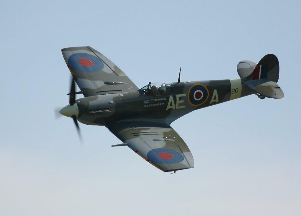 http://www.richard-seaman.com/Aircraft/AirShows/Duxford2002/Spitfires/Sampler/SpitfireEp120Banking30DegreesLeft10oClock.jpg