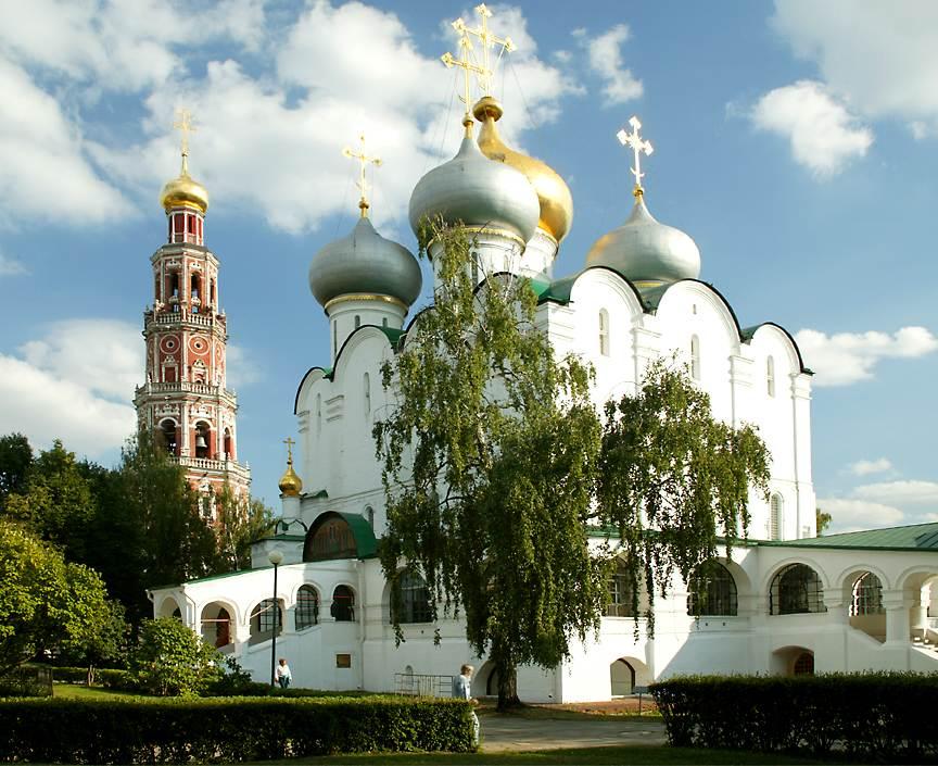 在新圣女修道院教堂斯摩棱斯克(点击这里打开一个新的窗口,该照片电脑壁纸格式)